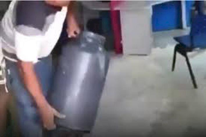 Região: Em protesto, produtores despejam leite perdido na porta da Enel de Palmeiras de Goiás