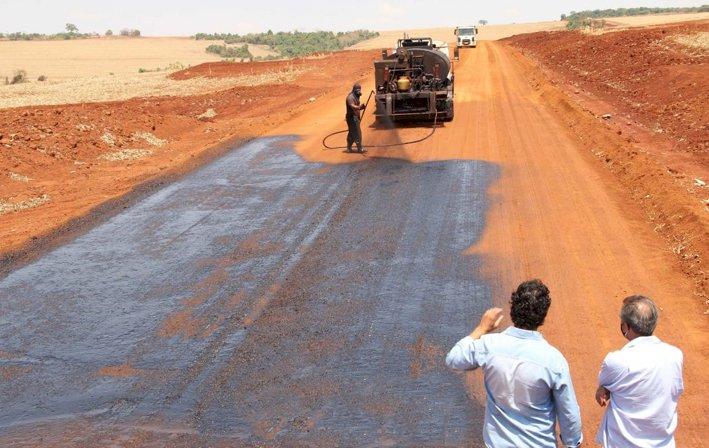 Infraestrutura: Estrada da Engopa recebe pavimentação asfáltica